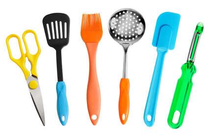 Küchenhelfer Scheren, Messer, Pinsel, Skimmer, Kartoffelschäler isoliert auf weiß