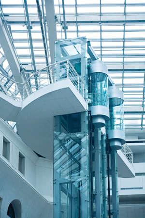 shafts: W�nde, ein transparentes Dach und Glaswellen, Heber innerhalb vom modernen Einkaufszentrum