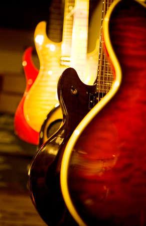 guitarra acustica: Una guitarra ac�stica y algunas guitarras el�ctricas de pie cerca