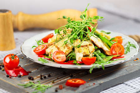 Chicken salad with rukkola and tomatoes