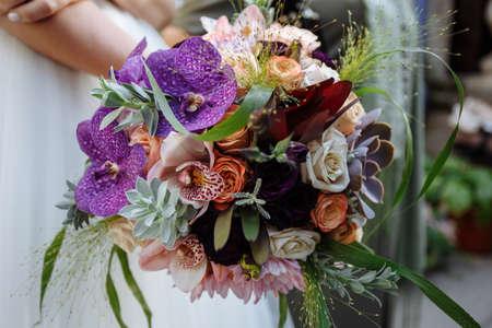Bride in Wedding Dress with Wedding Bouquet in Hands Stockfoto