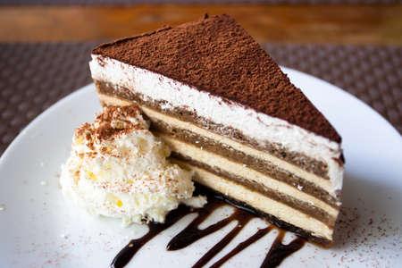 tiramisu: Une pice de g�teau sur une assiette blanche.