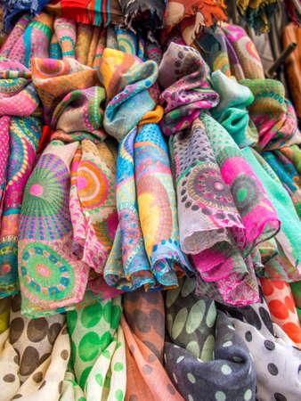 sunday market: Bufanda de colores en un mercado de domingo en Roma.