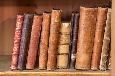 mensole: una pila di libri molto vecchi sullo scaffale Archivio Fotografico