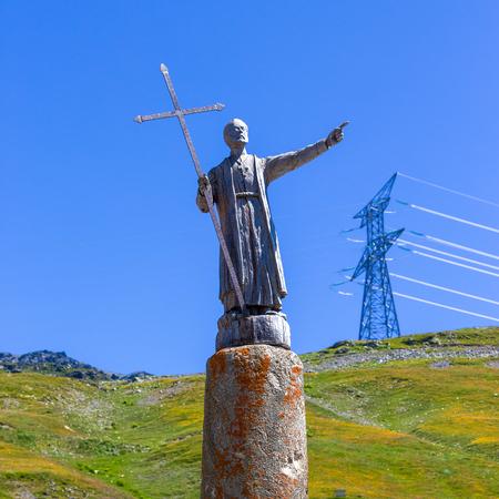 st  bernard: La estatua de San Bernardo, en la frontera entre Italia y Francia