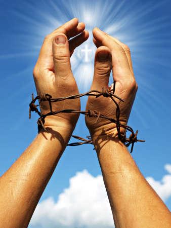 humanidad: desesperadamente mano alzada a la cruz brillante en el cielo