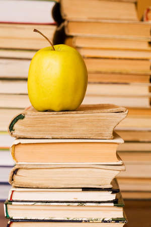 pomme jaune: pomme jaune sur la pile de livres � la biblioth�que