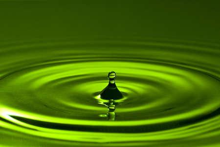splash de gota en un verde agua limpia