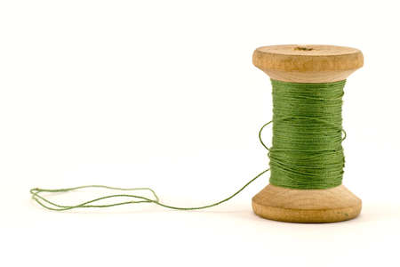 bobina de hilo verde, aislado en fondo blanco  Foto de archivo