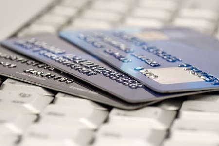 transaction: e-commerce-concept. groep van credit cards en laptop met ondiepe DOF