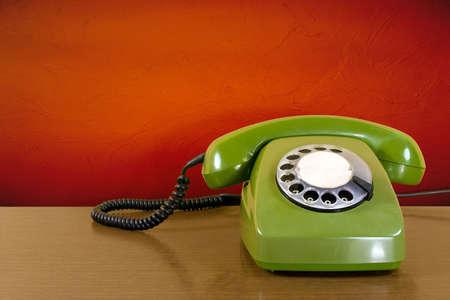 telephone headsets: tel�fono ara�ado verde antiguo muro rojo trasfondo