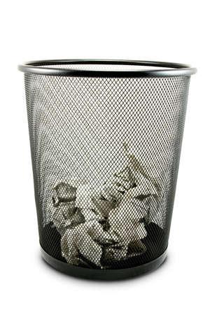 trash basket: Ubicaci�n de basura con papel de residuos aislado en blanco