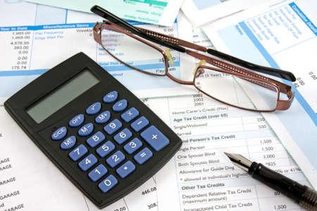 Rapporti di affari con la calcolatrice, occhiali da vista e penna