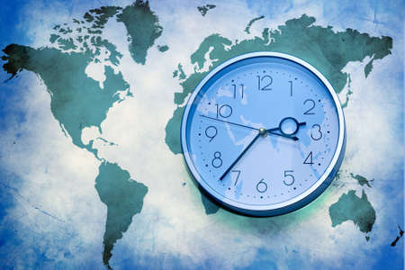 Abstracte zakelijke achtergrond. kaart van de wereld met de klok van de muur Stockfoto