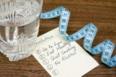 resoluties voor het gezonde leven, glas water en meten tape
