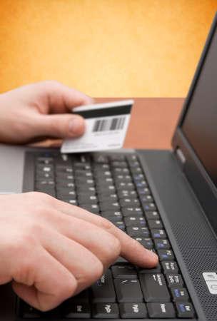 e-commerce concept. handen met credit card op computertoetsenbord Stockfoto