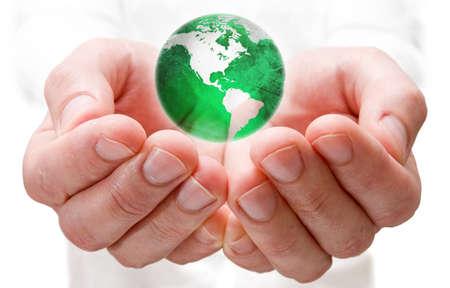 ecosistema: Salvar el mundo. Globo de tierra en manos humanas.  Foto de archivo