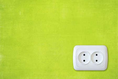 prise de courant: mur de vert brillant avec une prise �lectrique blanche. Banque d'images