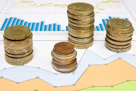 munten en het werkdocument met een diagram. Stockfoto