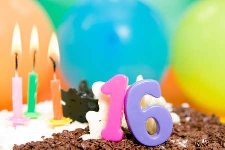 joyeux anniversaire: Gâteau d'anniversaire sucré Seize, des bougies et des ballons.