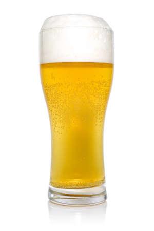 Glas bier geïsoleerd op een witte achtergrond. Stockfoto