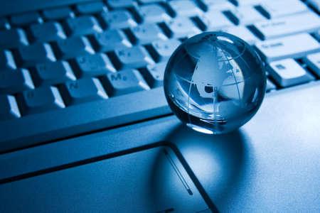 globalisering concept. transparante wereld op een laptop toetsenbord Stockfoto