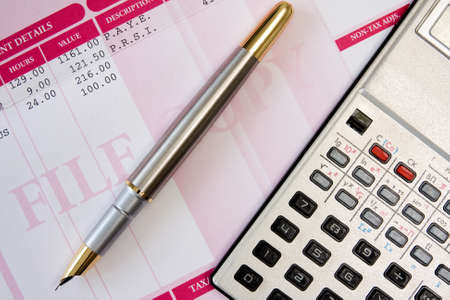 salarios: pluma de tinta, la calculadora y la nómina resumen detalles