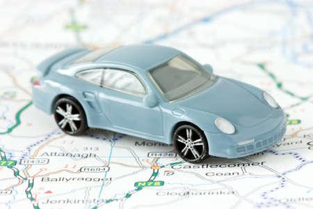 reisplanning en reizen. kleine auto op de kaart achtergrond Stockfoto