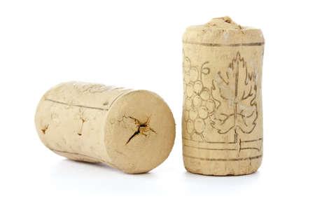 Twee kurken van wijnflessen op een witte achtergrond