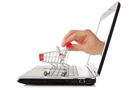 e-commerce concept. de hand reikt van een laptop met een winkelwagentje