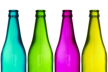 botellas vacias: cuatro botellas de colores aislados sobre fondo blanco Foto de archivo