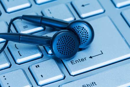 Hoofdtelefoons en toetsenbord, concept van digitale muziek