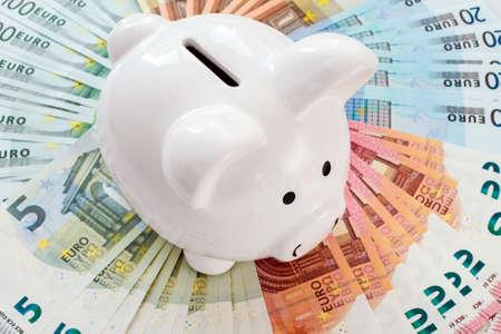 billets euro: Blanc tirelire entour� de billets en euros