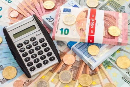 Kalkulator z banknotami i monetami euro. Koncepcja finansowania.