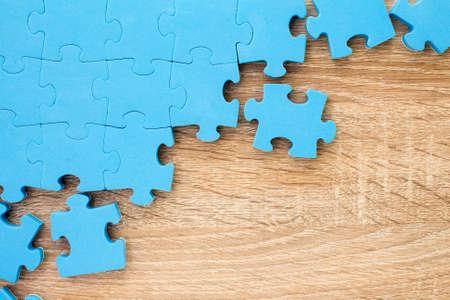 Puzzel op houten background.Team business concept Stockfoto