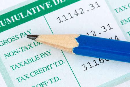 salarios: Cierre de vista de lápiz y hoja de salarios