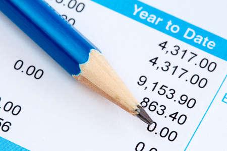 Potlood op de verklaring van payroll gegevens Stockfoto