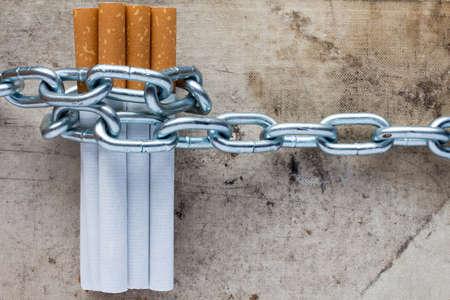 Geketende sigaretten. Conceptueel beeld voor het stoppen met roken