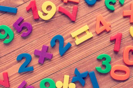 multiplicar: Multiplicar dos en dos, simple adici�n de matem�ticas en el fondo de madera. Cruz procesa para crear un efecto retro.