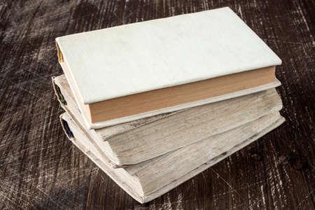 libros antiguos: Libros antiguos de la vendimia en mesa cubierta de madera