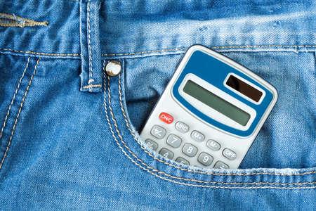calculadora: calculadora electrónica digital en bolsillo de los tejanos Foto de archivo