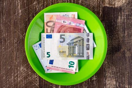 billets euro: plaque verte avec Euro notes. Prix ??élevé du concept de restauration.