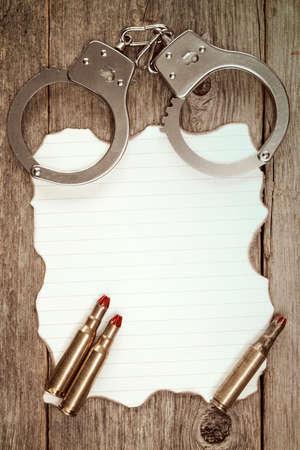papel quemado: Esposas y cartuchos falsos en la hoja de papel quemado