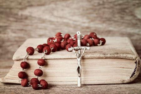 Close-up van het gebed boek en rozenkrans op houten achtergrond Stockfoto