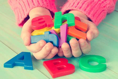 Niño aprendiendo a leer con letras magnéticas. Educación Concepto de Conocimiento Escolar