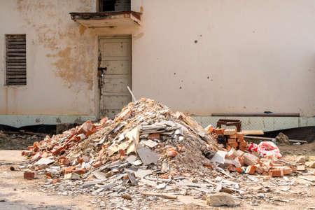 Un tas de déchets de construction. Les moellons et pierres de construction. Ordures abandonnées, ordures, ordures entassées près de l'immeuble. Banque d'images