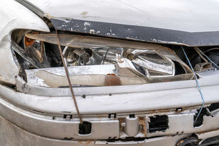 Damage of old car body and car lights from an accident and the rust Stockfoto