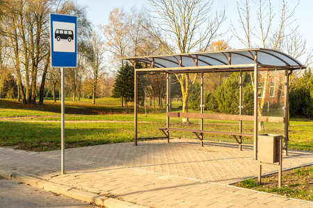 Krajobraz z pustym przystankiem autobusowym w słoneczny poranek