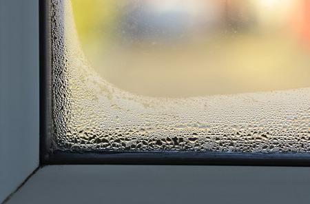 Kondensation und feuchtes Problem auf der Innenseite eines doppelt verglasten Fensters.