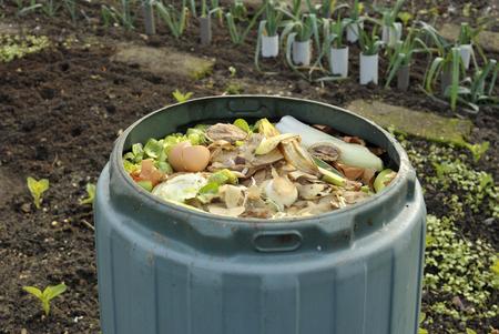 Tuincompostbak voor het recycleren van keuken- en tuinafval inclusief groente- en fruitschillen, theezakjes en eierkorven. Stockfoto